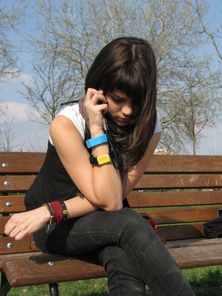 introvert-girl-on-phone